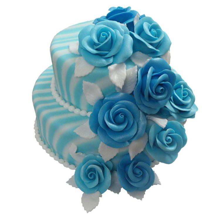 Patrový dort s kaskádou modrých růží