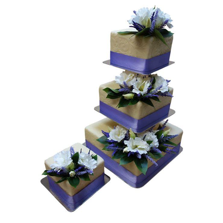 Čtvercový patrový dort na stojanu s živými květy