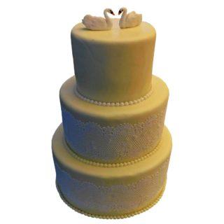 Vyšší patrový dort s jedlou krajkou a labutěmi